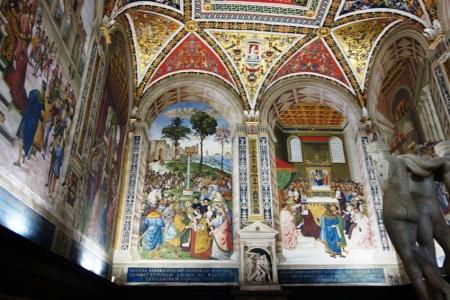 Siena katedralindeki tavan ve duvar motifleri